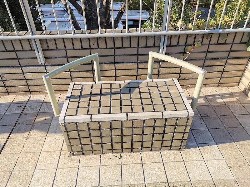 新百合ヶ丘駅 ペデストリアンデッキの休憩場所の2人掛けベンチ