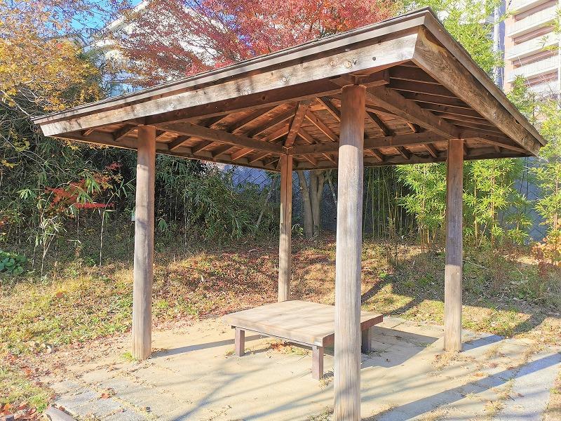 新百合ヶ丘駅 色彩の丘の休憩場所の屋根付きベンチ