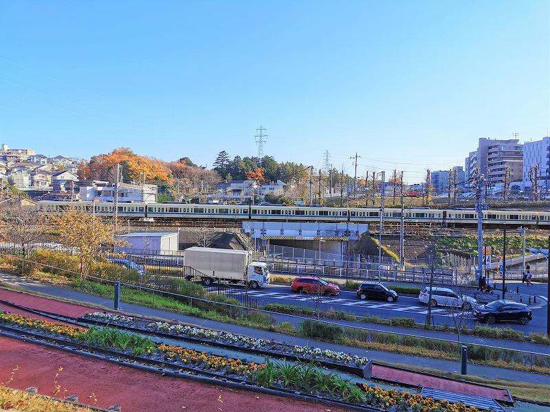 新百合ヶ丘駅 色彩の丘の休憩場所から見える景色