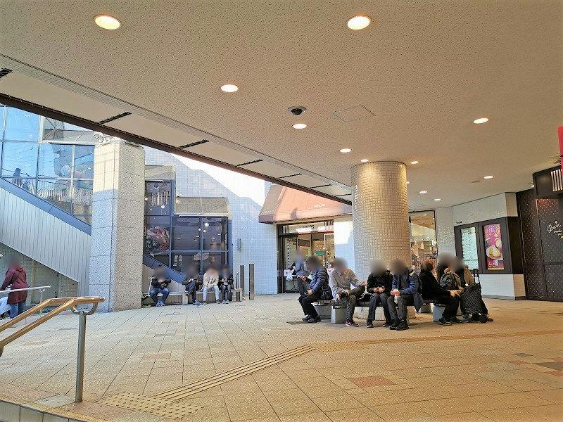 新百合ヶ丘駅 エルミロードB1F 地下正面入口の休憩場所2