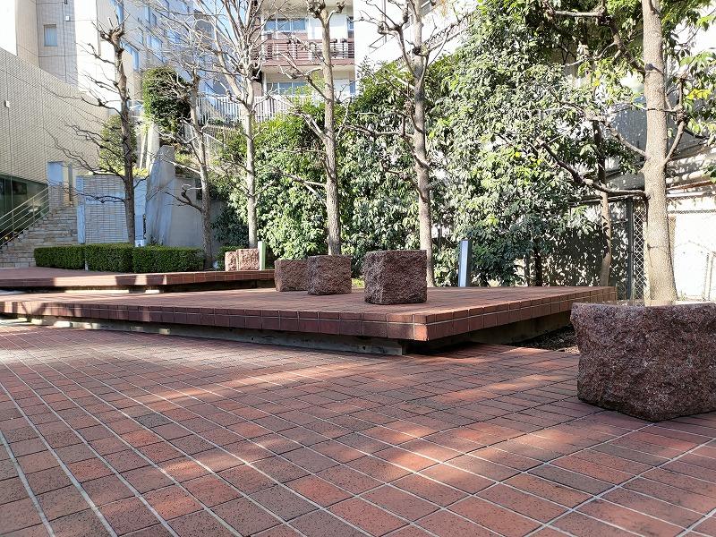 恵比寿駅プライムスクエアの休憩場所の石のスツール