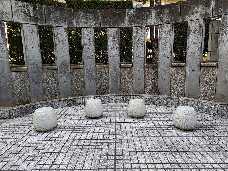 恵比寿駅 渋谷川 あいおいニッセイビル前の休憩場所のたまごスツール1