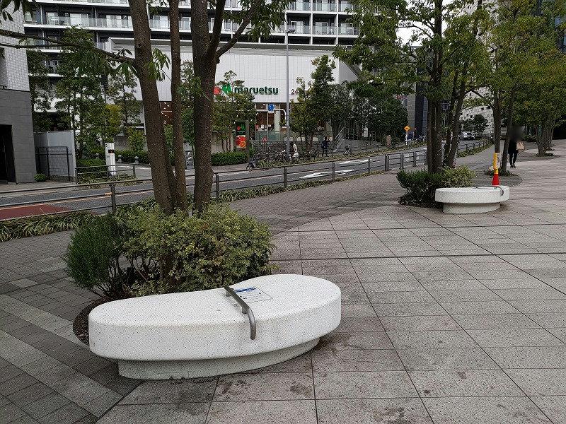 東新宿駅 イーストサイドスクエア 文化センター前の休憩場所