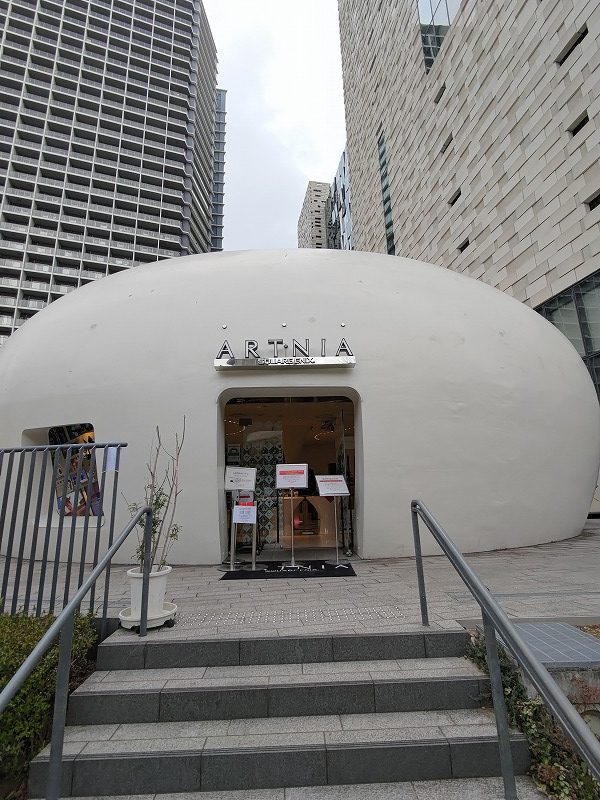 東新宿駅 イーストサイドスクエア 文化センター前のおしゃれカフェARTNIAの入り口