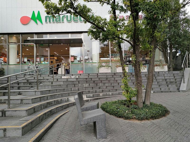 東新宿駅 マルエツ前の休憩場所