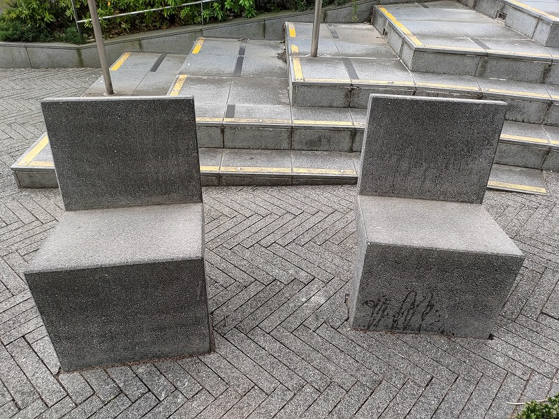東新宿駅 マルエツ前の休憩場所の石材チェア