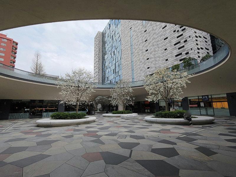 東新宿駅 サンクンガーデンの外観2