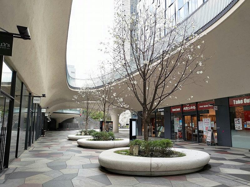 東新宿駅 サンクンガーデンの休憩場所