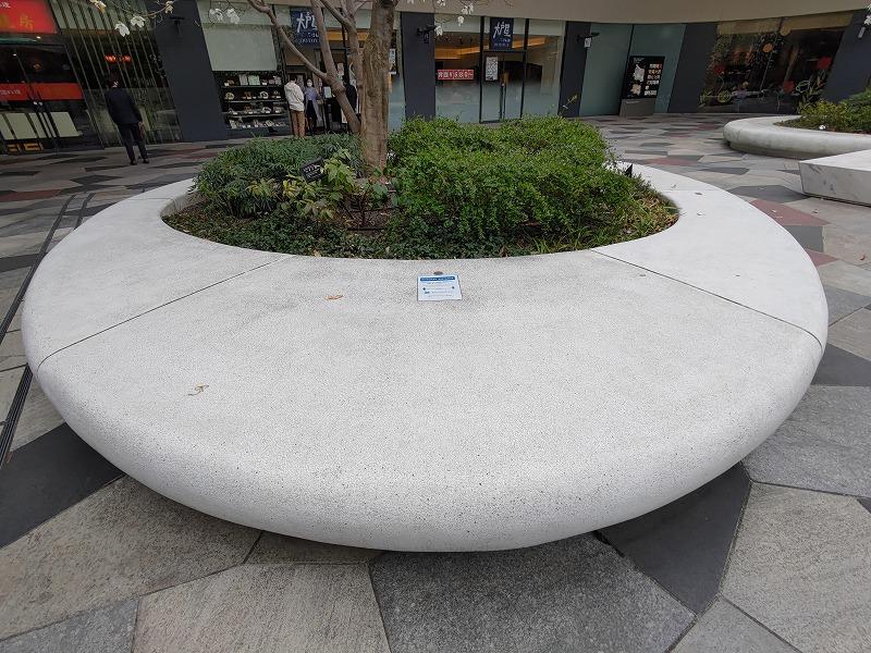 東新宿駅 サンクンガーデンの休憩場所の円形ベンチ
