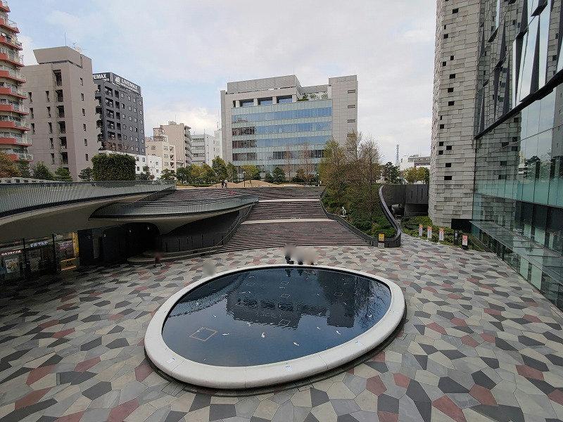 東新宿駅 サンクンガーデンの休憩場所を上から見た景色