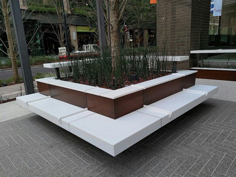 大手町駅 丸テラ広場の休憩場所のベンチ1