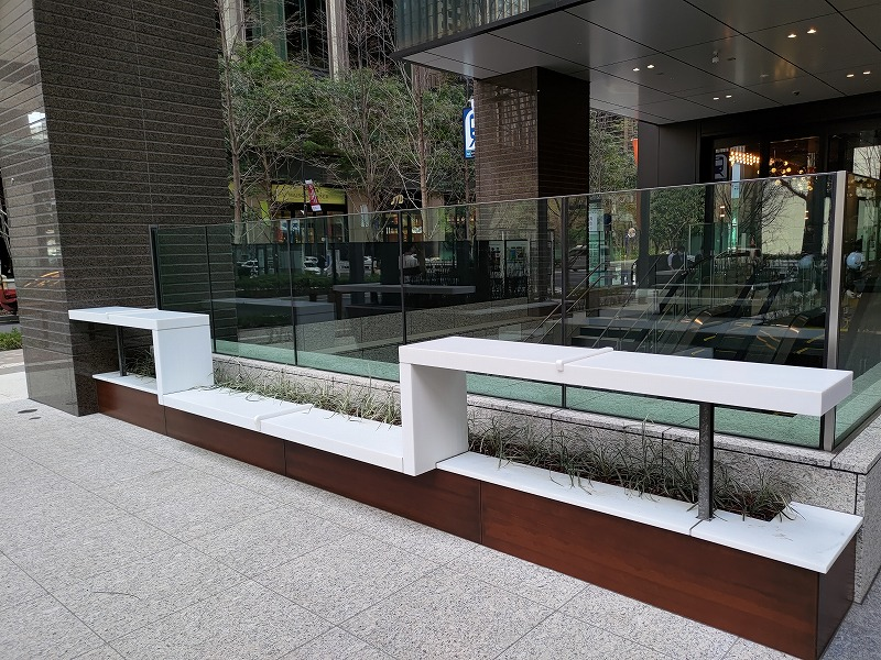 大手町駅 丸テラ広場の休憩場所のベンチ2