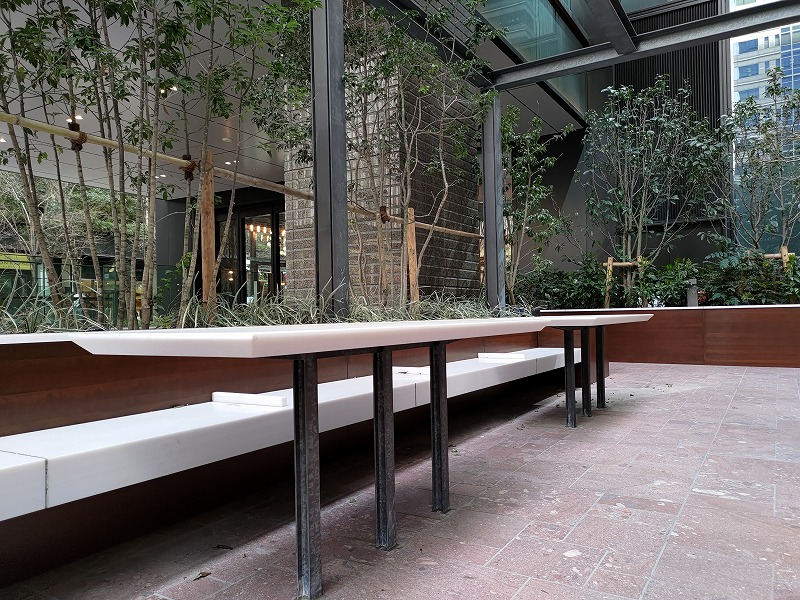大手町駅 丸テラ広場の休憩場所のテーブルとイス2