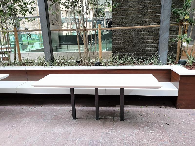 大手町駅 丸テラ広場の休憩場所のテーブルとイス3
