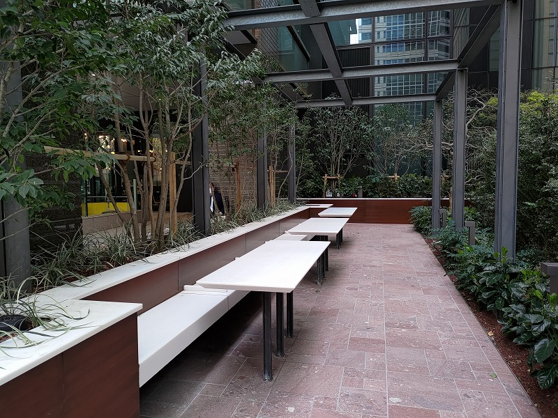 大手町駅 丸テラ広場の休憩場所のテーブルとイス1