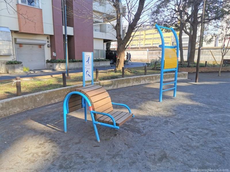 鶴見駅東口駅前通り公園の休憩場所その3