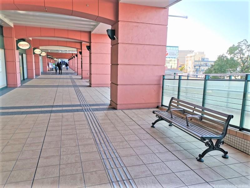 新子安駅オルトモールコート2F デッキの休憩場所その1
