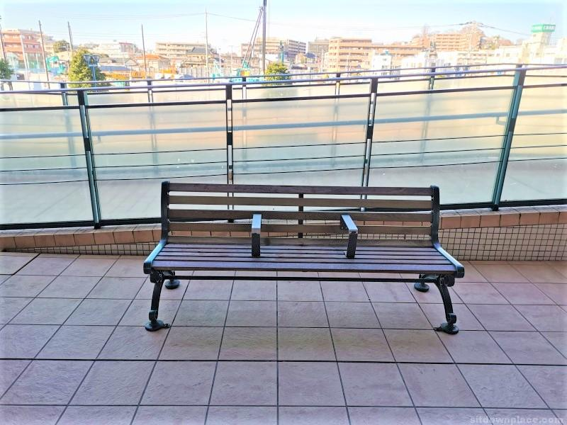 新子安駅オルトモールコート2F デッキの休憩場所その2
