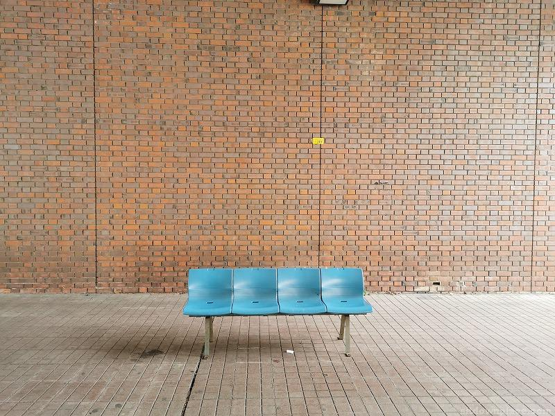 多摩センター駅前デッキ下のベンチ