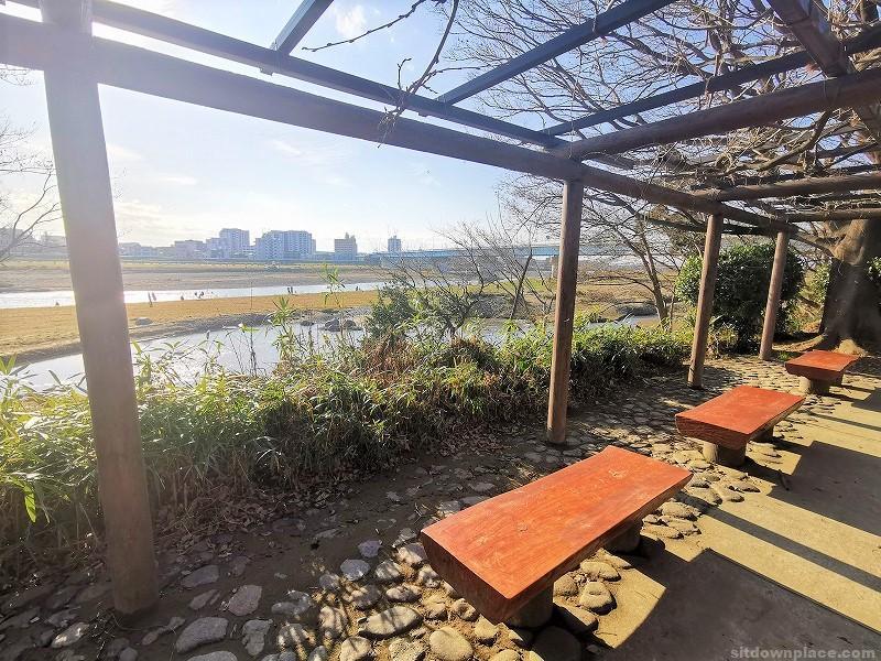 二子玉川駅兵庫島公園 ひょうたん池側の休憩場所その3