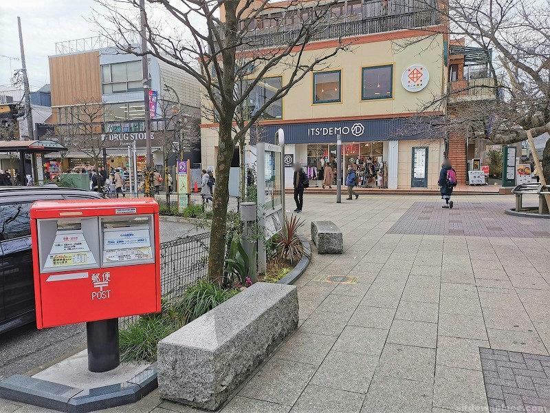 仙川駅前広場の休憩場所3