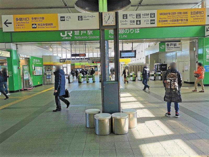 登戸駅改札前の休憩場所その1