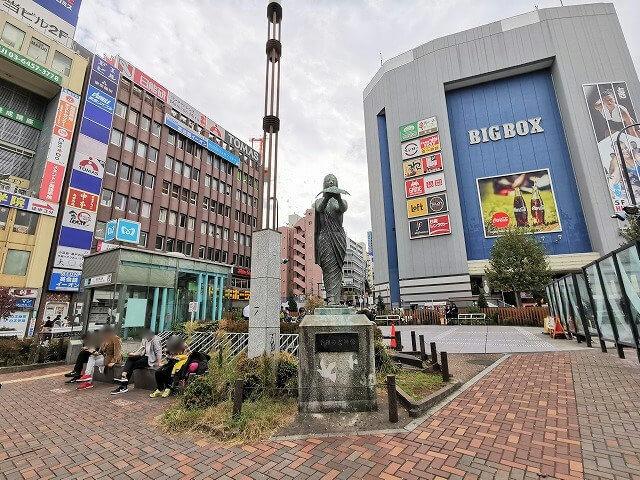 高田馬場駅駅前ロータリー 女神像付近の休憩場所その1