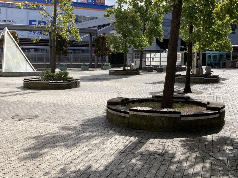 【尼崎駅】北口の階段を降りた東側地上部分のの休憩場所2