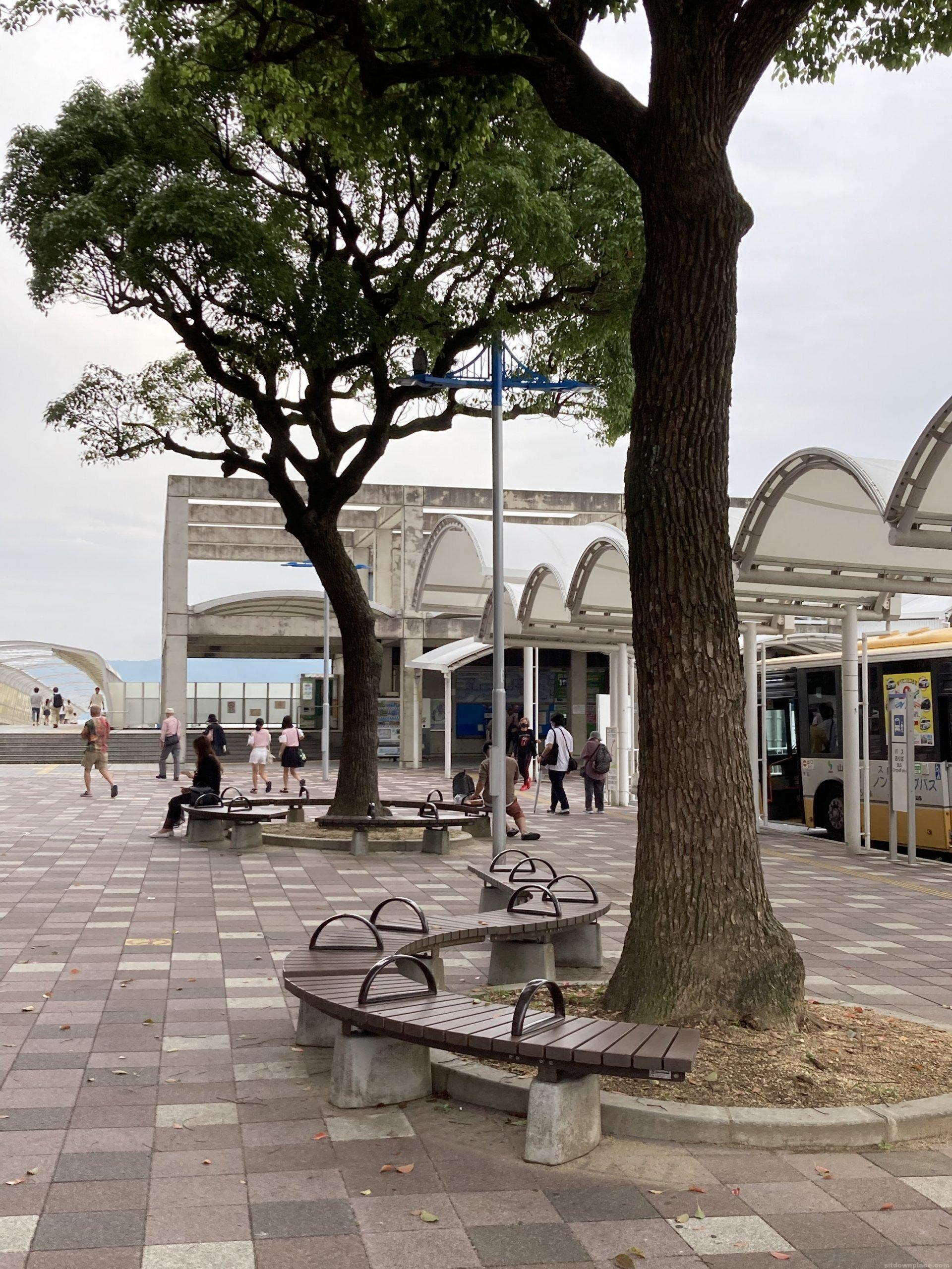 【朝霧駅】北口の東側の休憩場所2