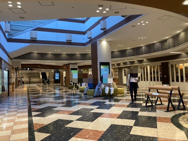 【京都駅】ポルタ地下街 リプトンカフェ前の休憩場所2