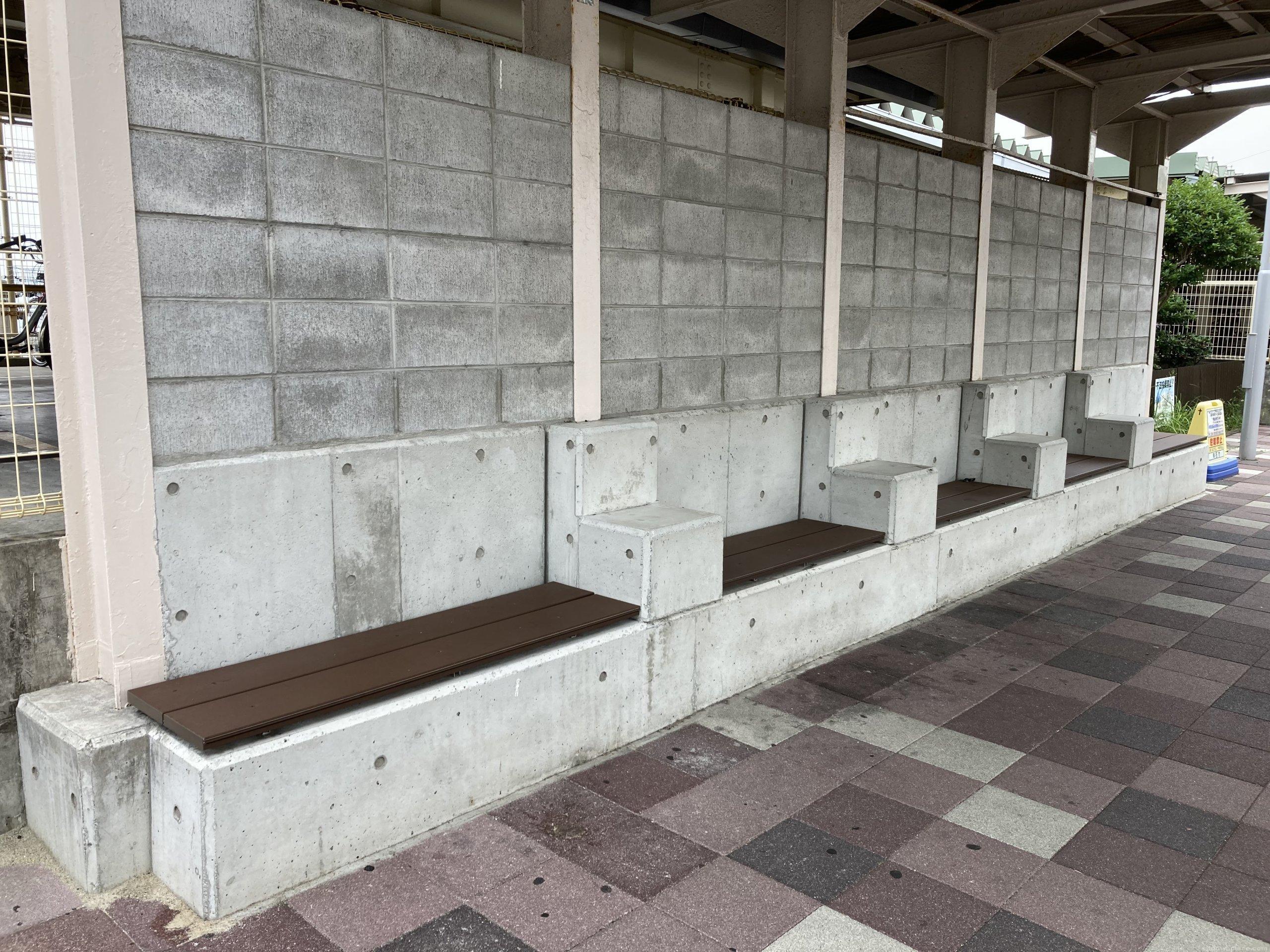 【朝霧駅】北口の西側の休憩場所3