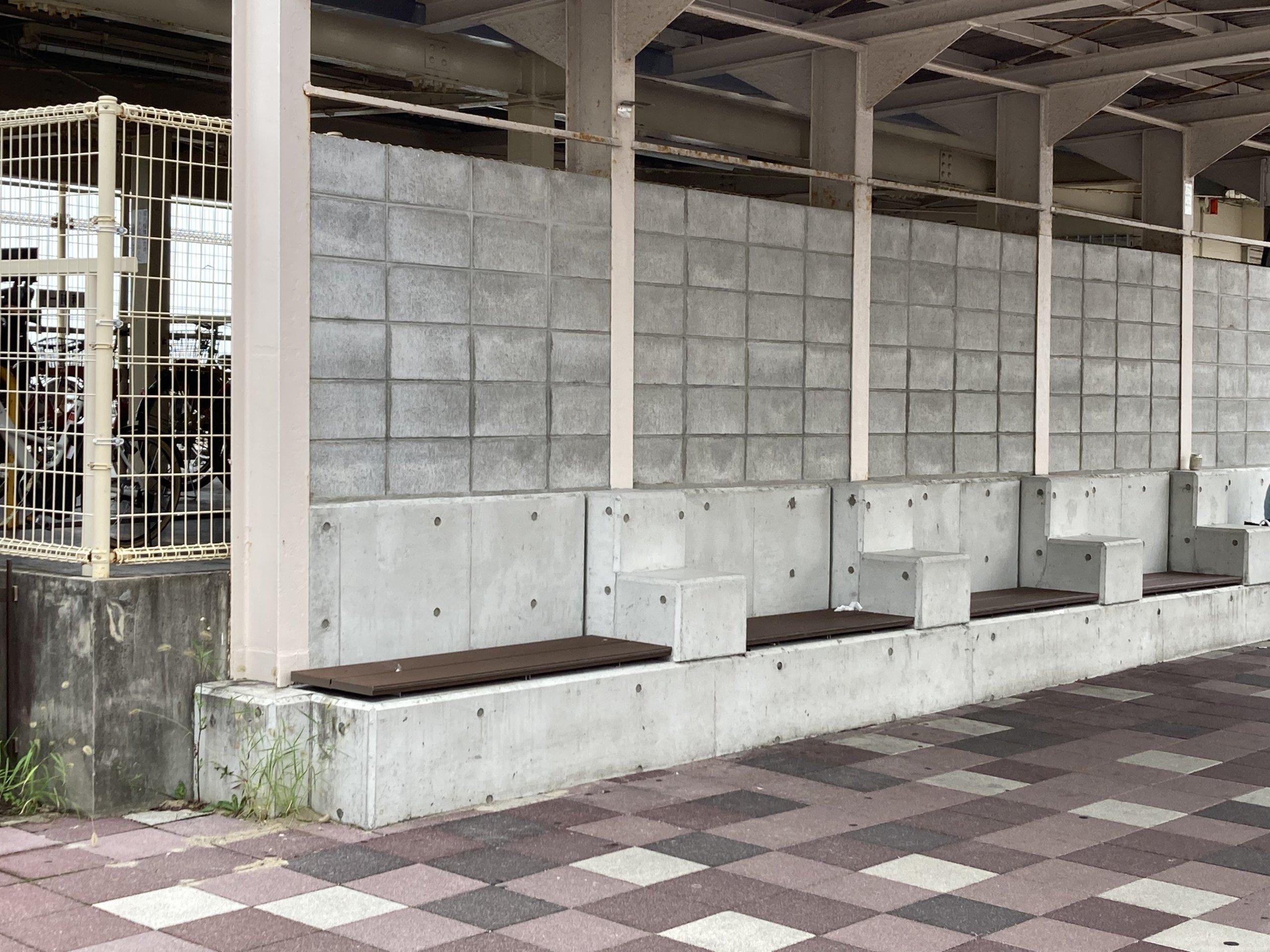 【朝霧駅】北口の西側の休憩場所1