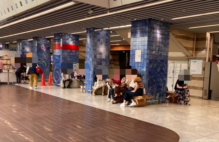 【京都駅】ポルタ地下街 スタバ前の休憩場所2