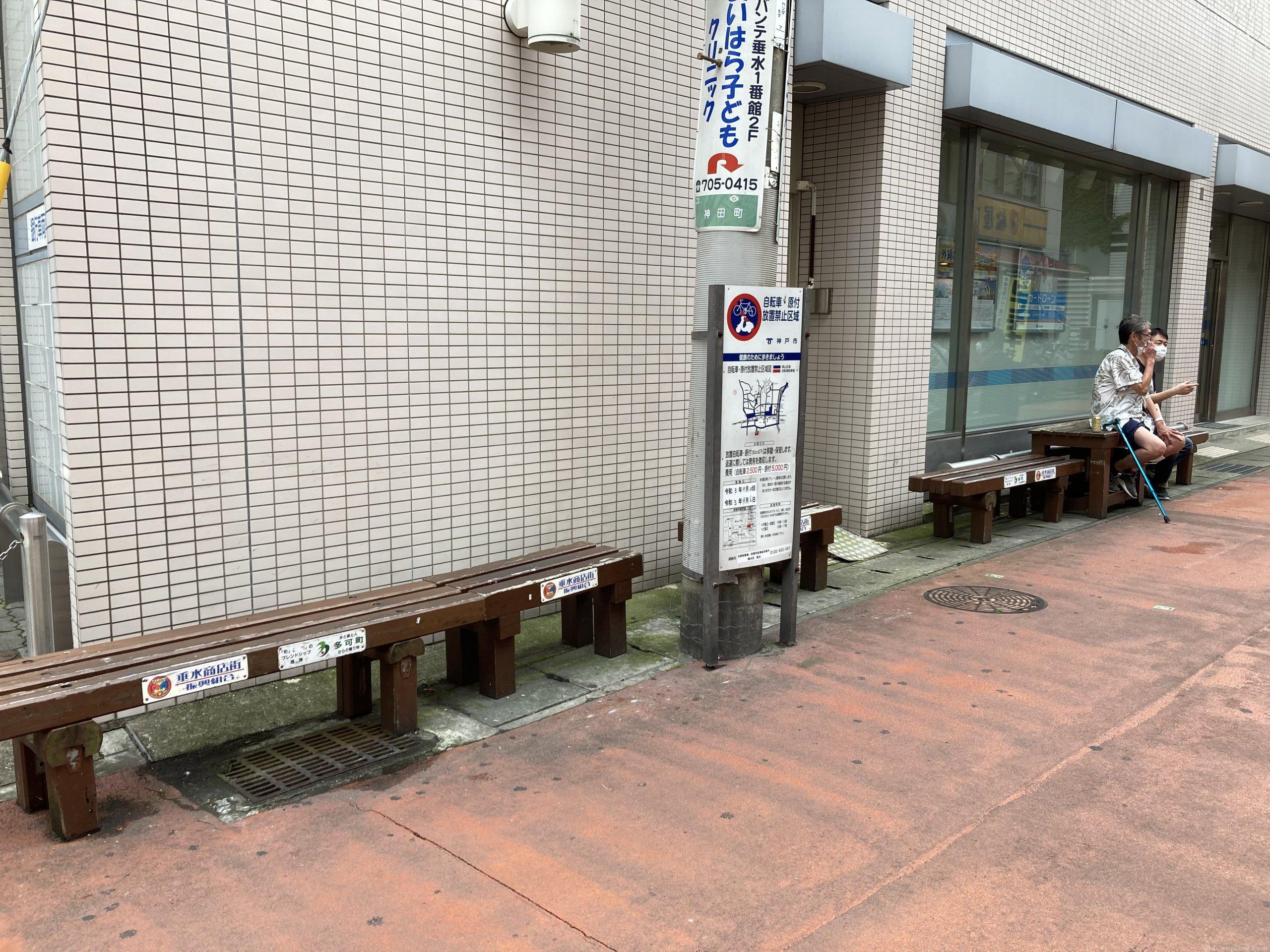 【垂水駅】東口改札を出た垂水商店街銀座の通りの休憩場所2