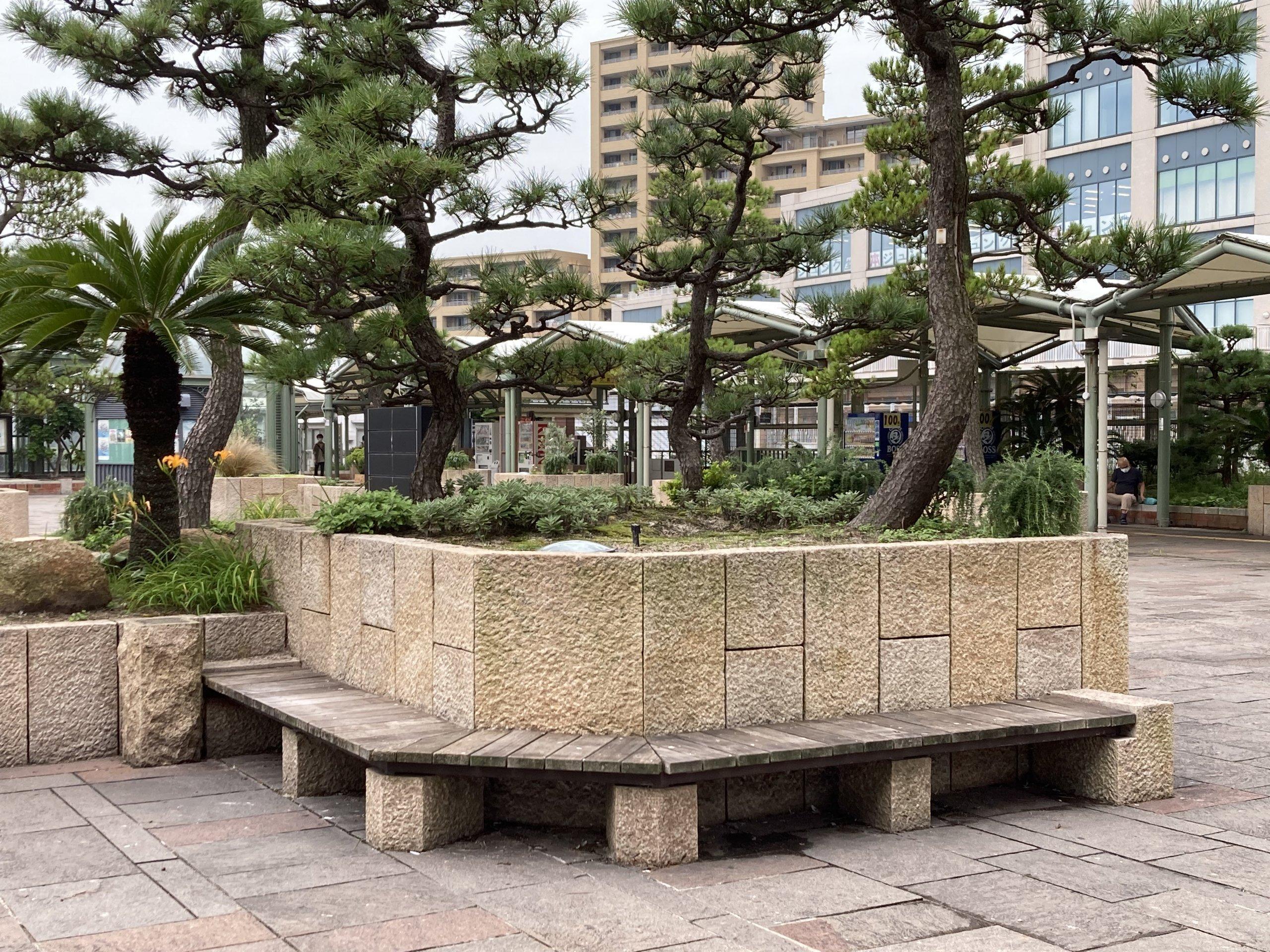 【舞子駅】南口の広場の休憩場所1