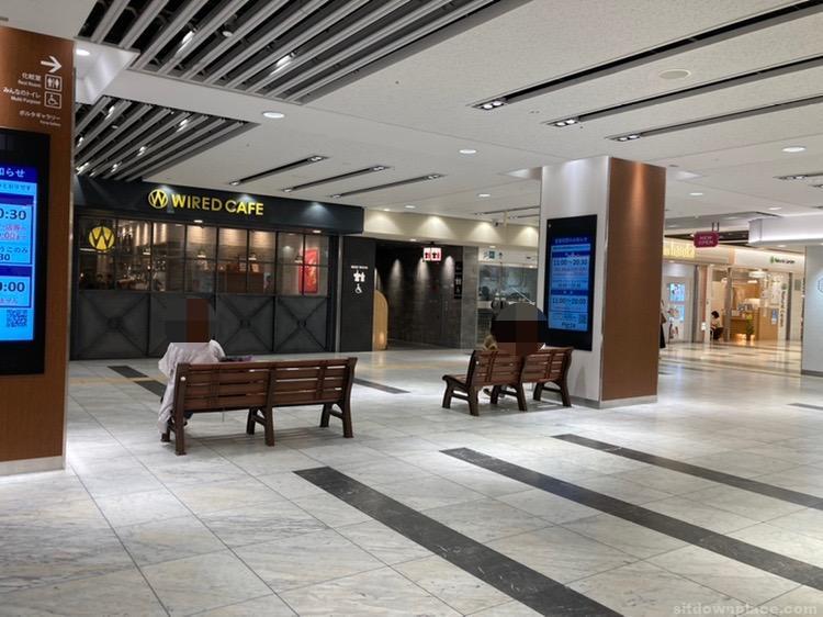【京都駅】ポルタ地下街 ワイアードカフェ前の休憩場所1