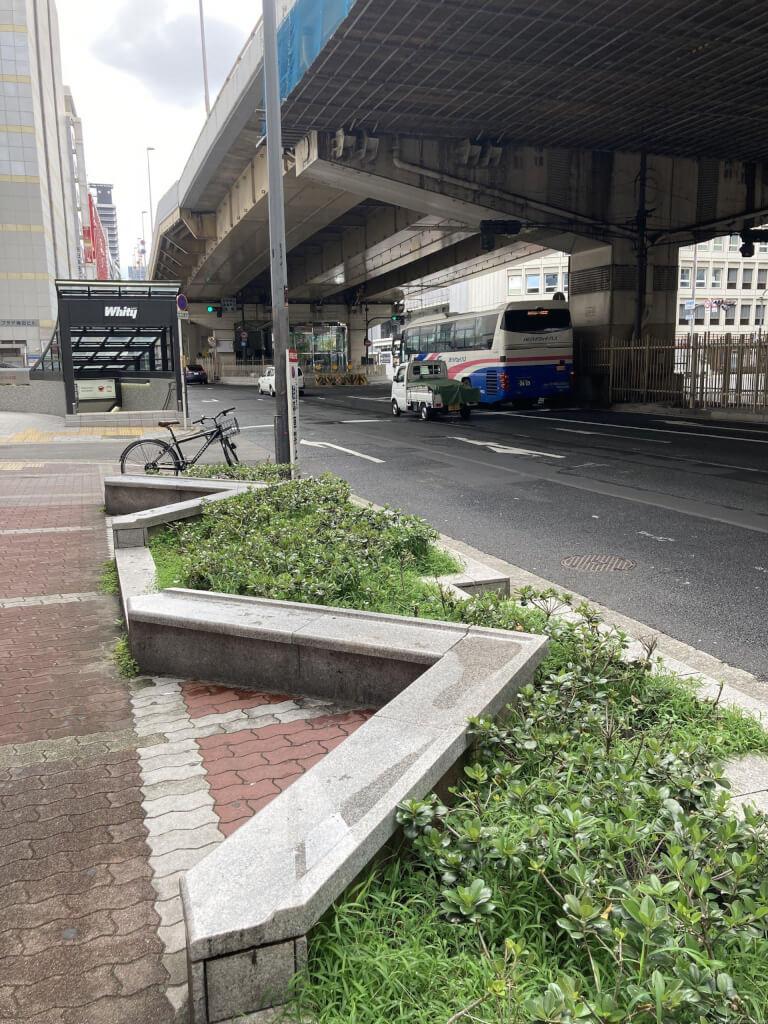 【東梅田駅】東通り商店街の休憩場所1