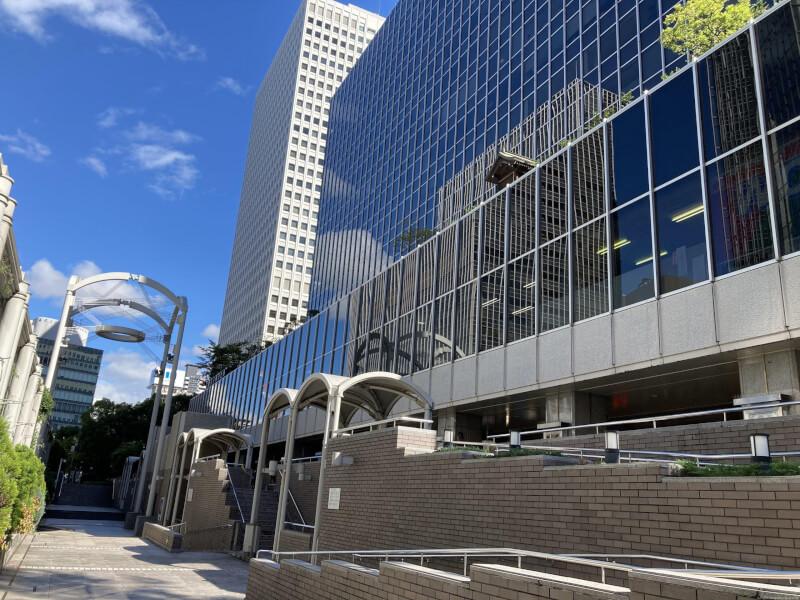 【北新地駅】大阪駅前第2ビル北側のサンクンガーデンの休憩場所1