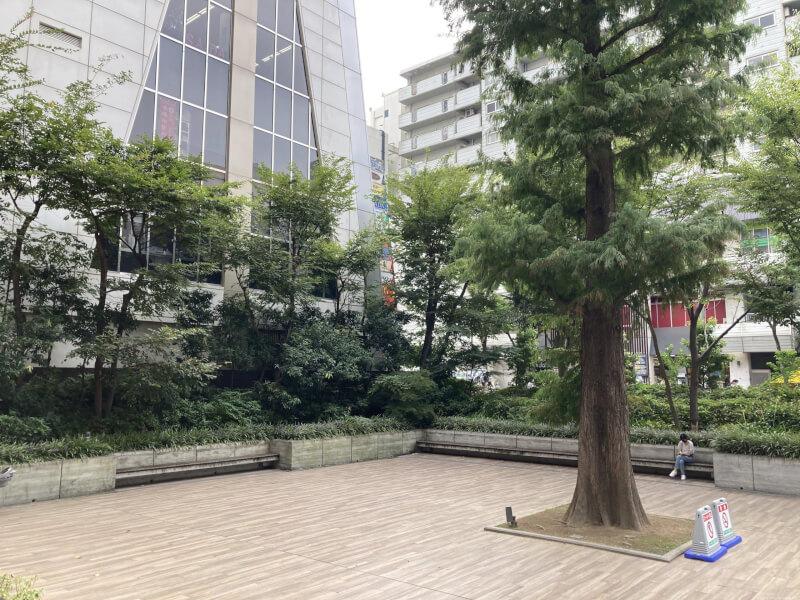 【江坂駅】池田泉州銀行となりの休憩場所3