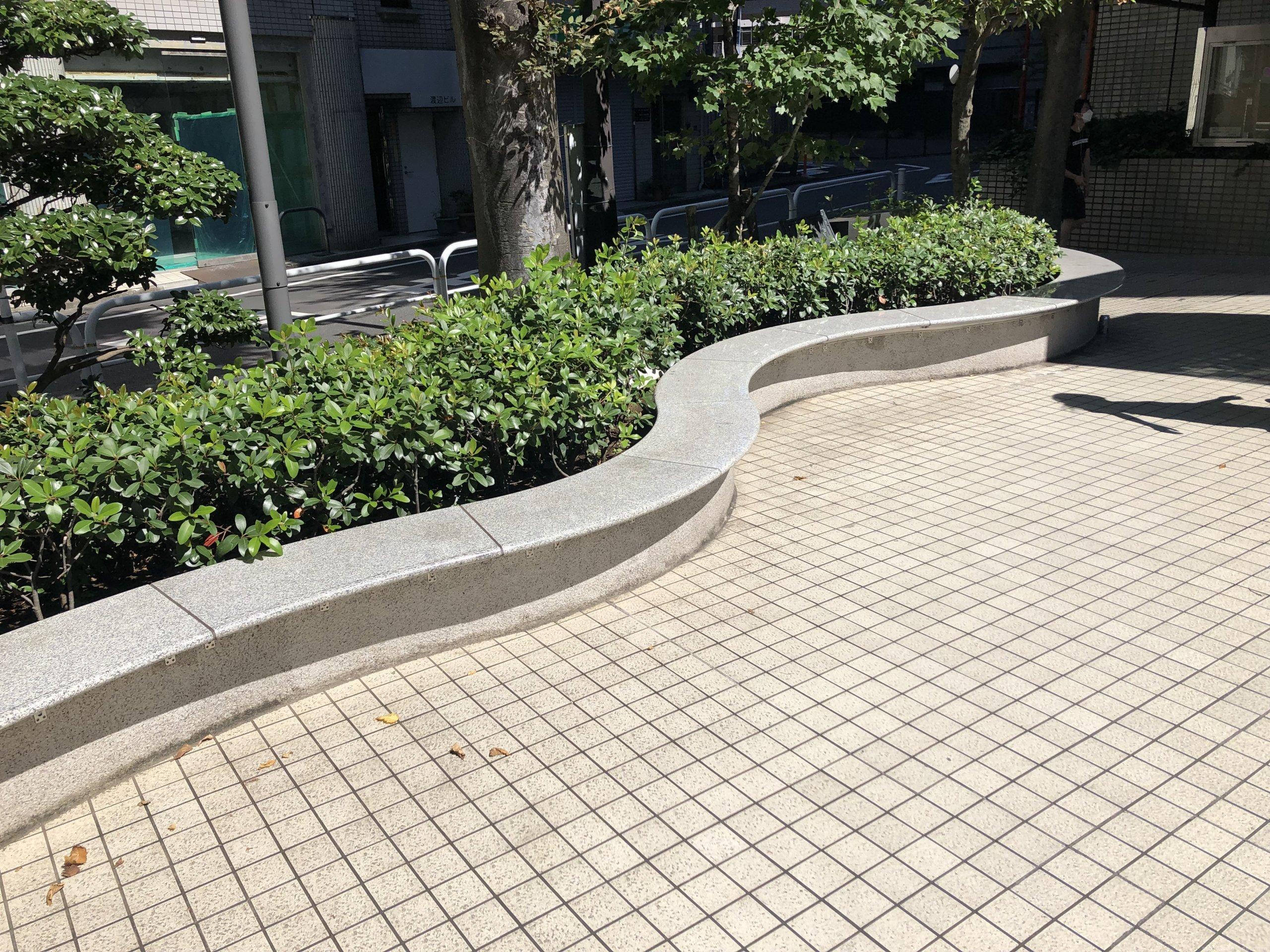 【板橋区役所前駅】板橋区役所の敷地内ベンチの休憩場所2