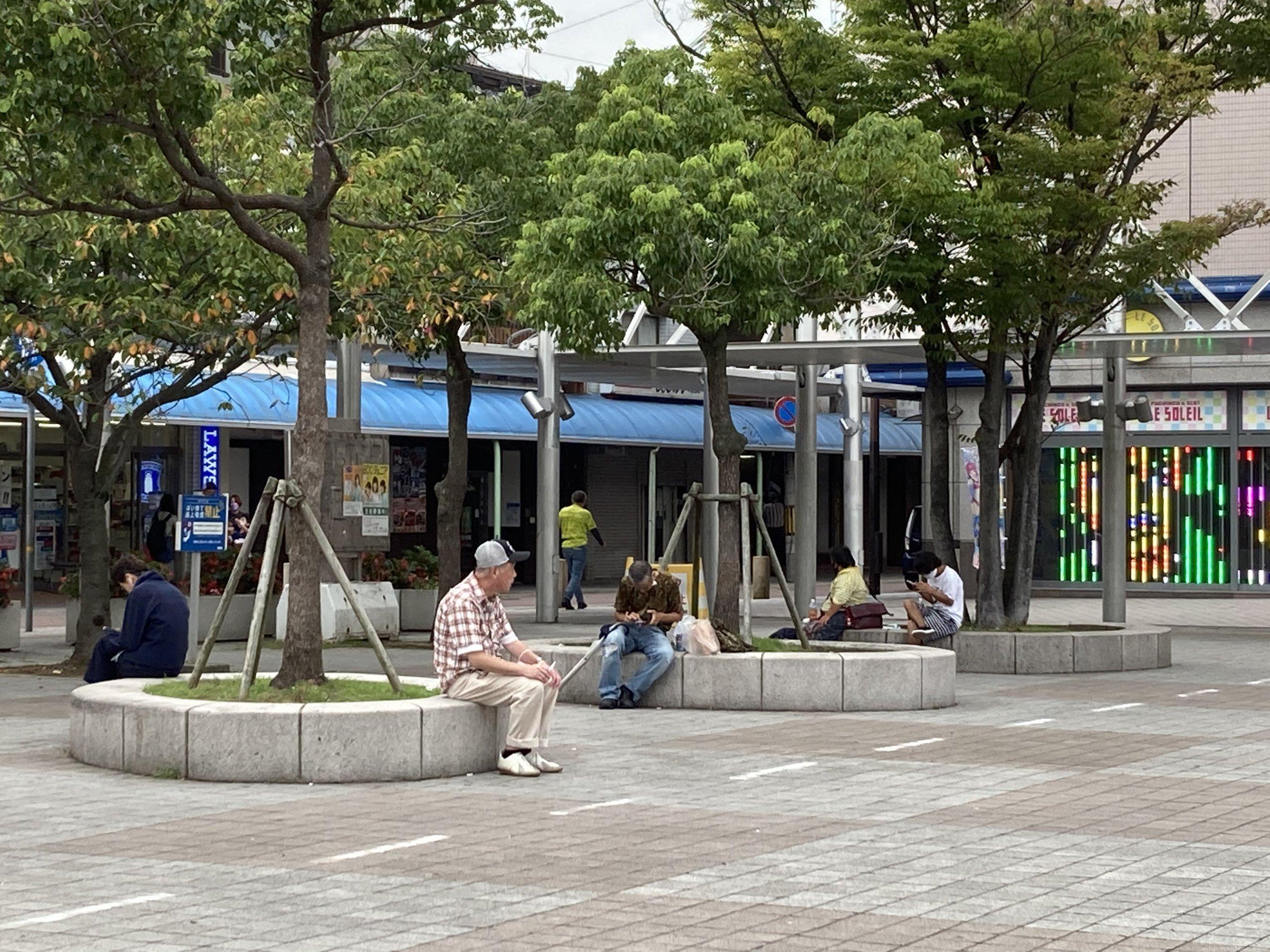 【垂水駅】東改札口を出た広場の休憩場所1