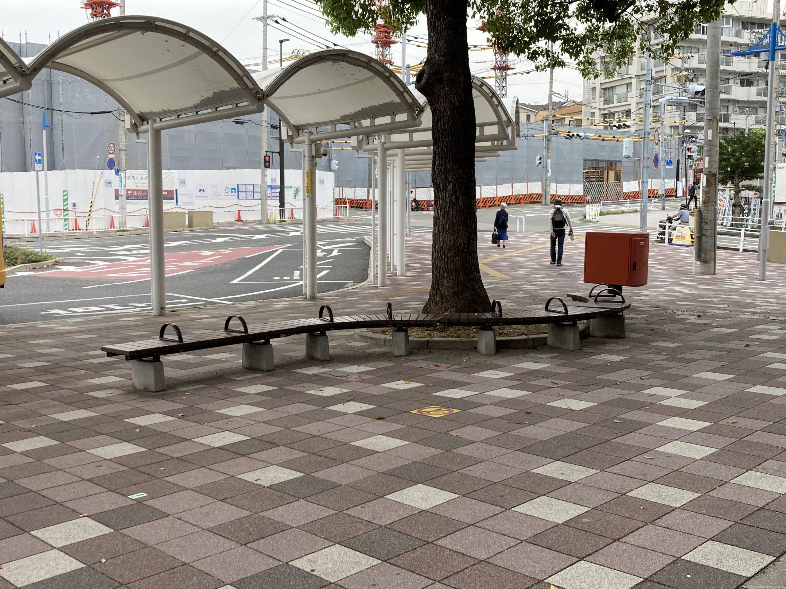 【朝霧駅】北口の東側の休憩場所3