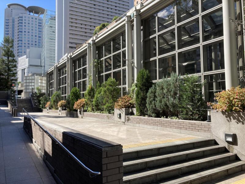 【北新地駅】大阪駅前第2ビル北側のサンクンガーデンの休憩場所3