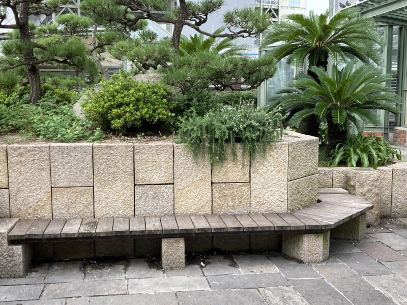 【舞子駅】南口の広場の休憩場所6