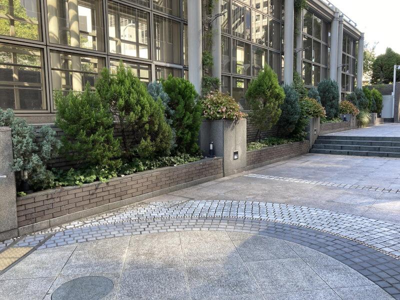 【北新地駅】大阪駅前第2ビル北側のサンクンガーデンの休憩場所2
