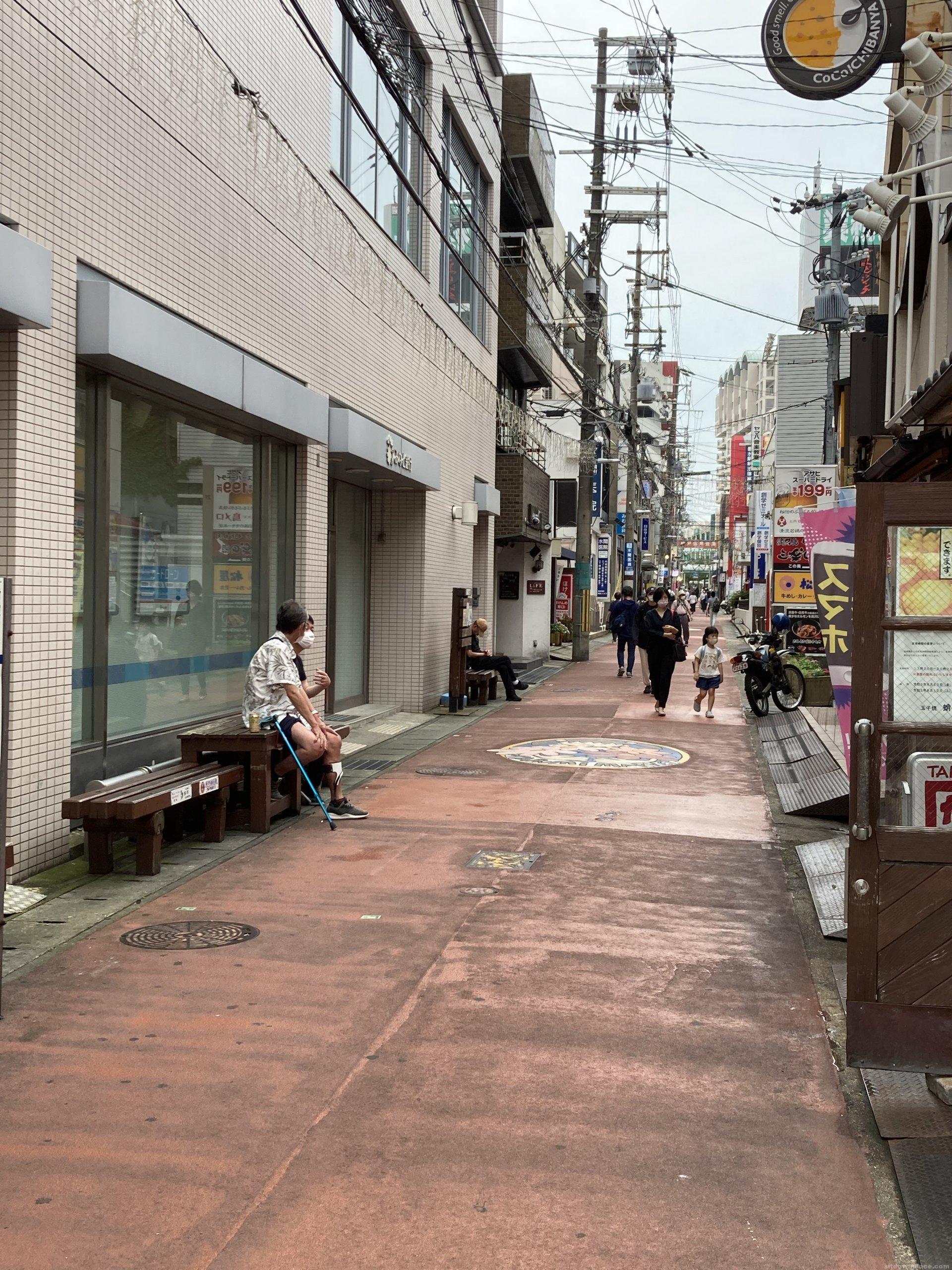【垂水駅】東口改札を出た垂水商店街銀座の通りの休憩場所3
