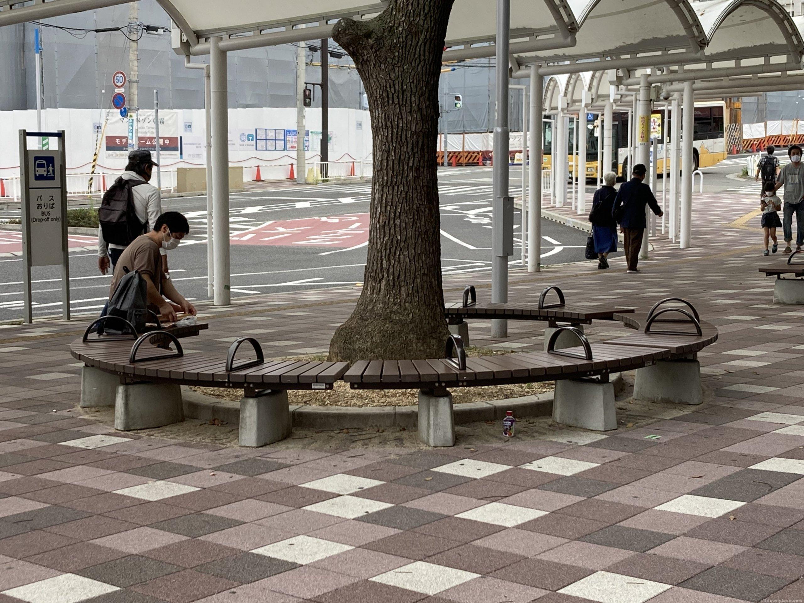 【朝霧駅】北口の東側の休憩場所1
