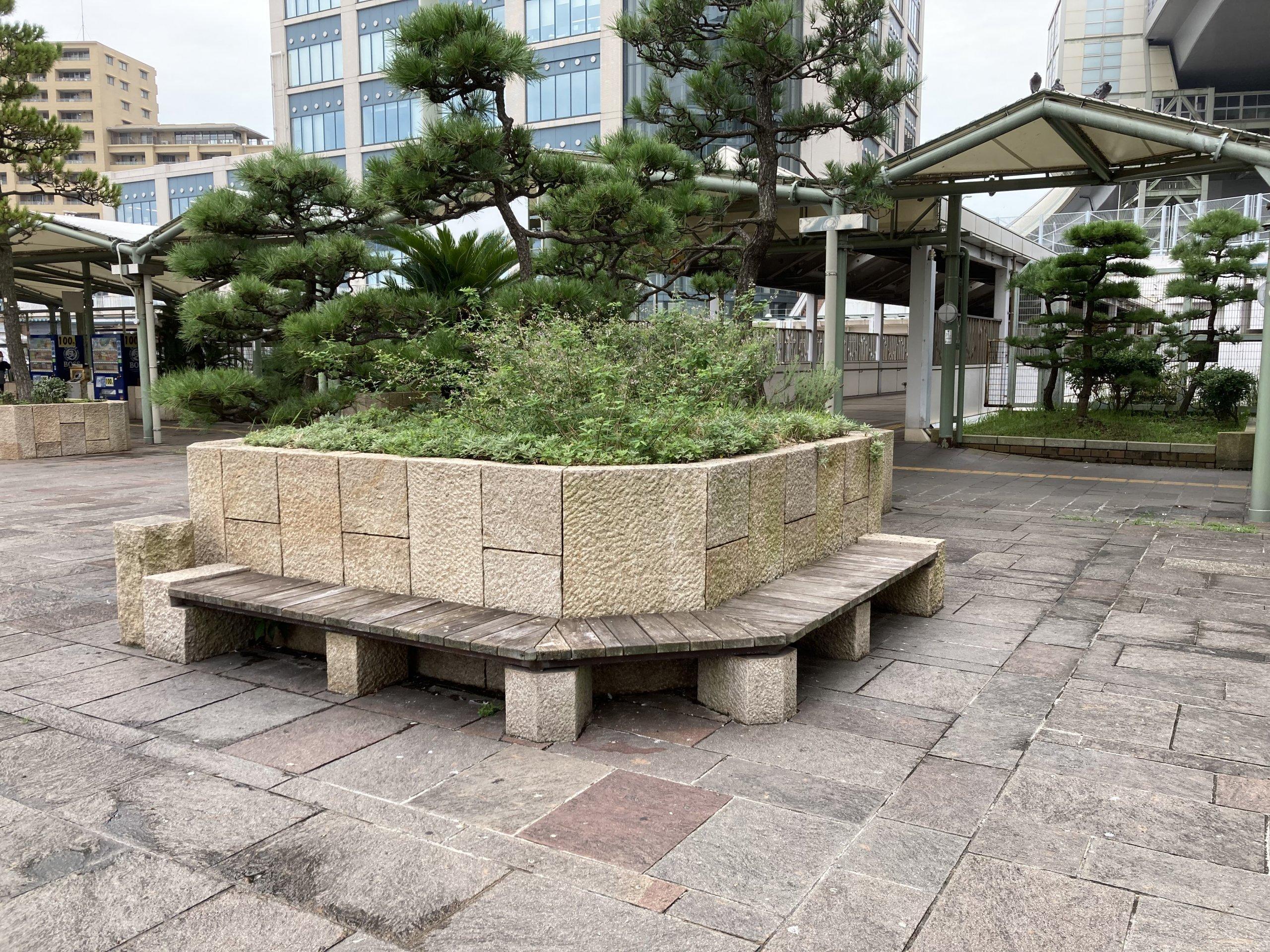 【舞子駅】南口の広場の休憩場所2