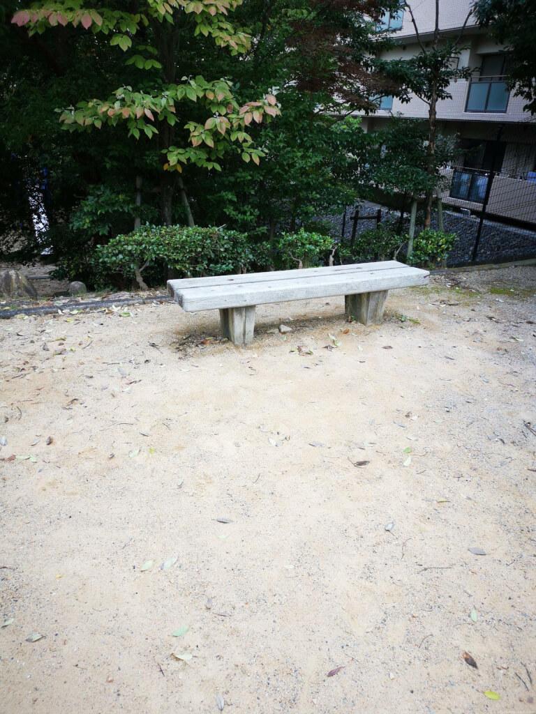 【清荒神駅】旭町一丁目公園の休憩場所1