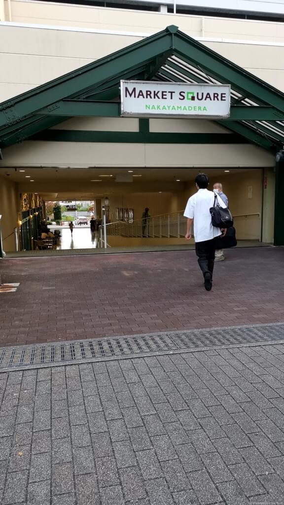 【中山寺駅】駅前マーケットスクエアの休憩場所1